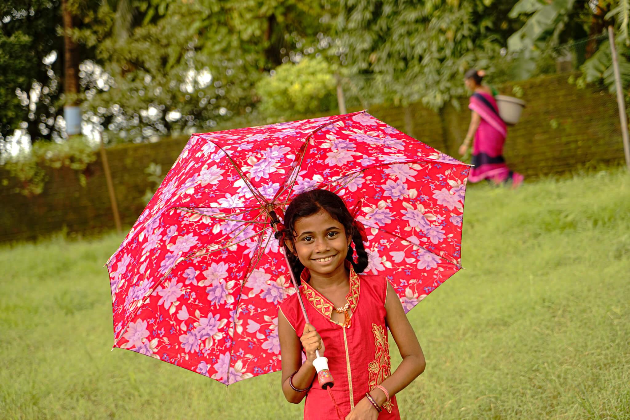 Alle fadderbarna får solide paraplyer før regntiden